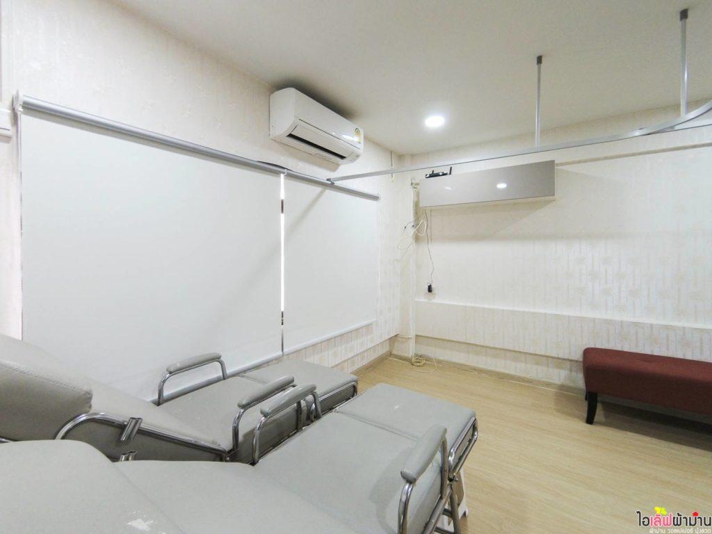 ม่านม้วน ในส่วนหน้าต่างบานหน้า ประหยัดพื้นที่และกันแสงได้ดี