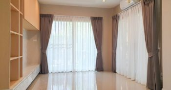 การ ตกแต่งบ้านเดี่ยว ด้วย ผ้าม่าน ในรูปแบบ ม่านจีบ 2 ชั้น