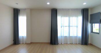 ผ้าม่าน แบบ ม่านลอน และ ม่านพับ ในห้องนอน บ้านเดี่ยว Perfect Place รัตนาธิเบศร์