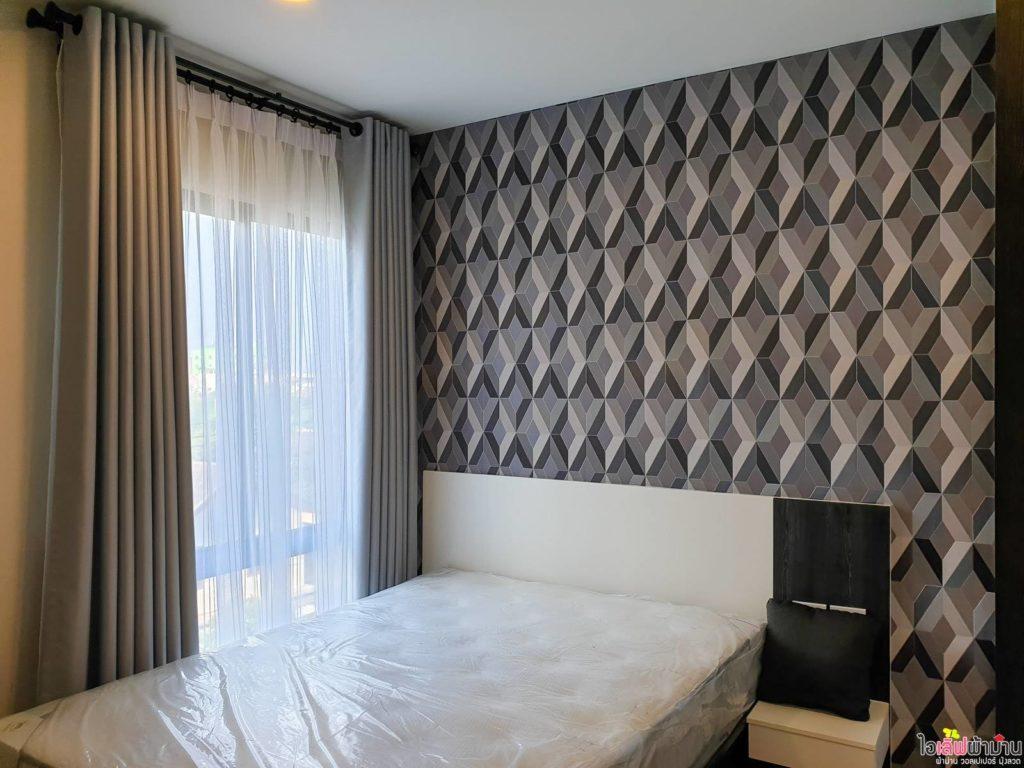 ผ้าม่าน สีเทาตกแต่งร่วมกับ วอลเปเปอร์ สีเทา ดำ สร้างความน่าสนใจให้ห้องนอน