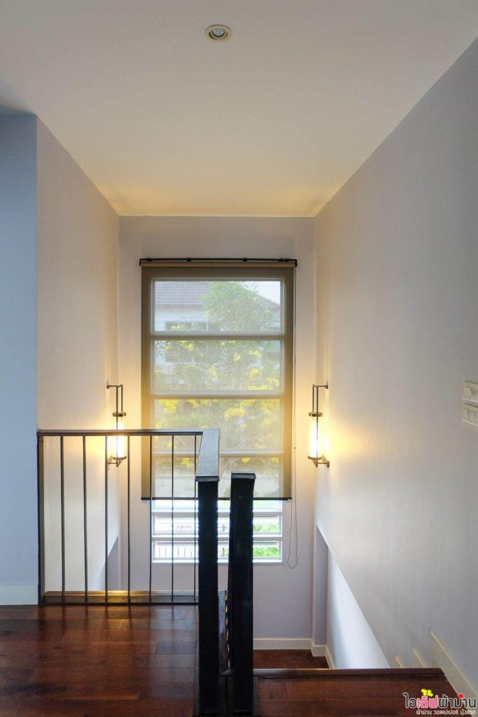 ม่านม้วน กับการตกแต่งโถงบันได รับแสงให้สว่างทั่วบ้าน