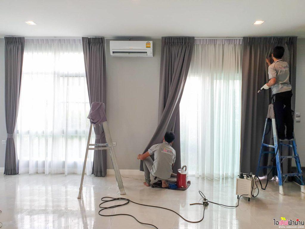 ช่าง ไอเลิฟผ้าม่าน กำลังรีดผ้าเก็บงาน ผ้าม่าน บ้านเดี่ยว มัณฑนา Westgate