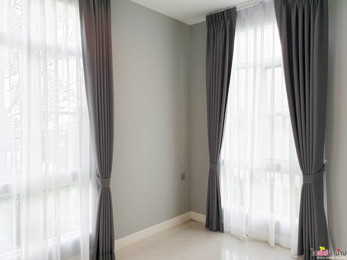 ผ้าม่าน แบบ ม่านจีบ 2 ชั้น โดยมีม่านจีบผ้าโปร่ง รับแสงจากภายนอก บ้านเดี่ยว มัณฑนา Westgate