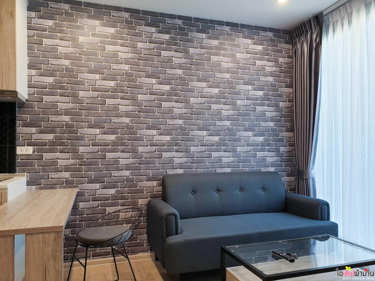 Wallpaper ลายอิฐ สีเทา ตกแต่งห้องนั่งเล่น Zelle รัตนาธิเบศร์